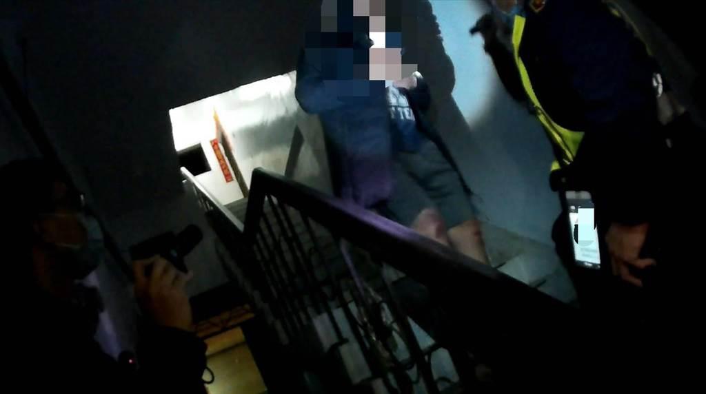 桃園市八德區林姓男子蹲在在公寓樓梯間吸毒,遭員警查獲。(警方提供/賴佑維桃園傳真)
