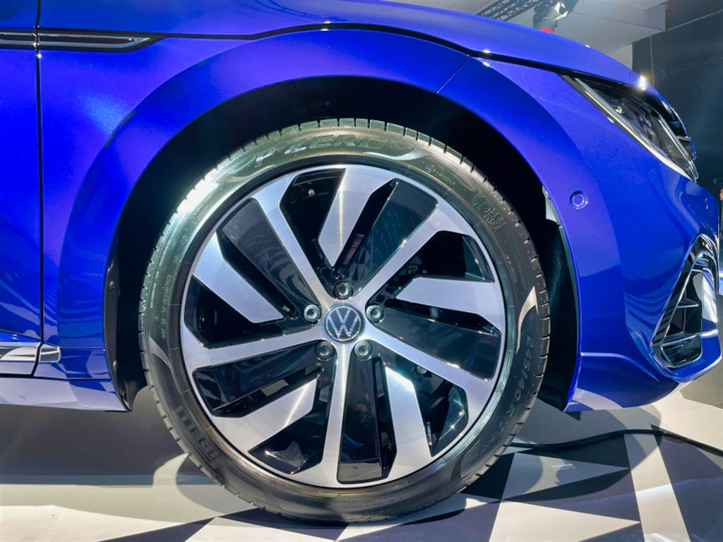 展出的R-Line車型搭配19吋鋁圈,入門之Elegance為18吋,頂規的380 TSI R-Line Performance則為20吋。