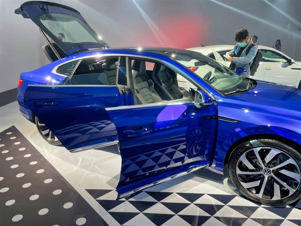 既然名為轎跑,無窗框車門自然是必備設置。