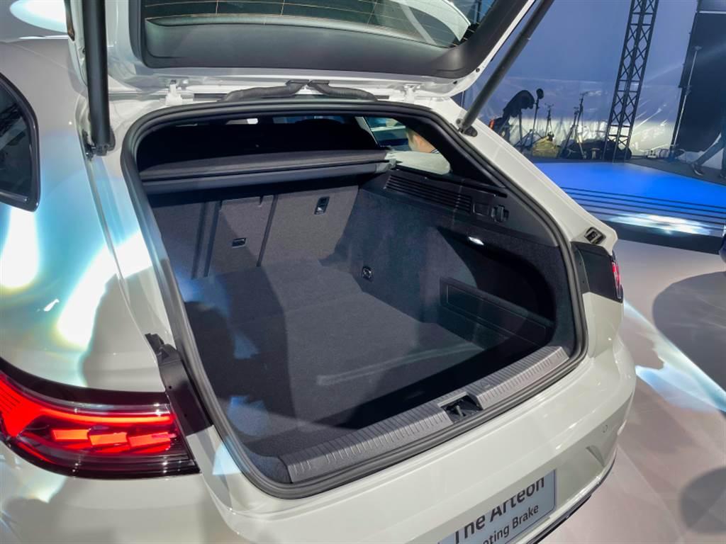 五門獵跑車型的行李廂空間達565升,若進一步將後座椅背傾倒,可擴充至1632升,美型實用得以兼得。