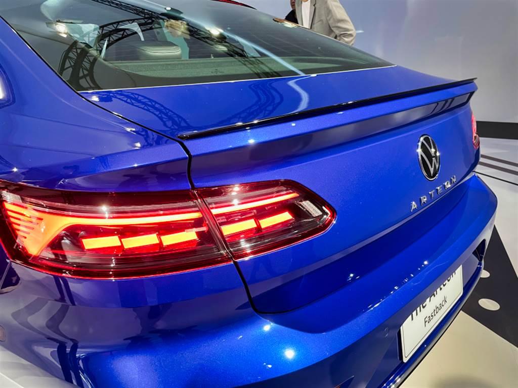 LED尾燈具備動態轉向指示燈,R-Line外觀套件在原有的翹臀之外,還增加黑色小鴨尾。