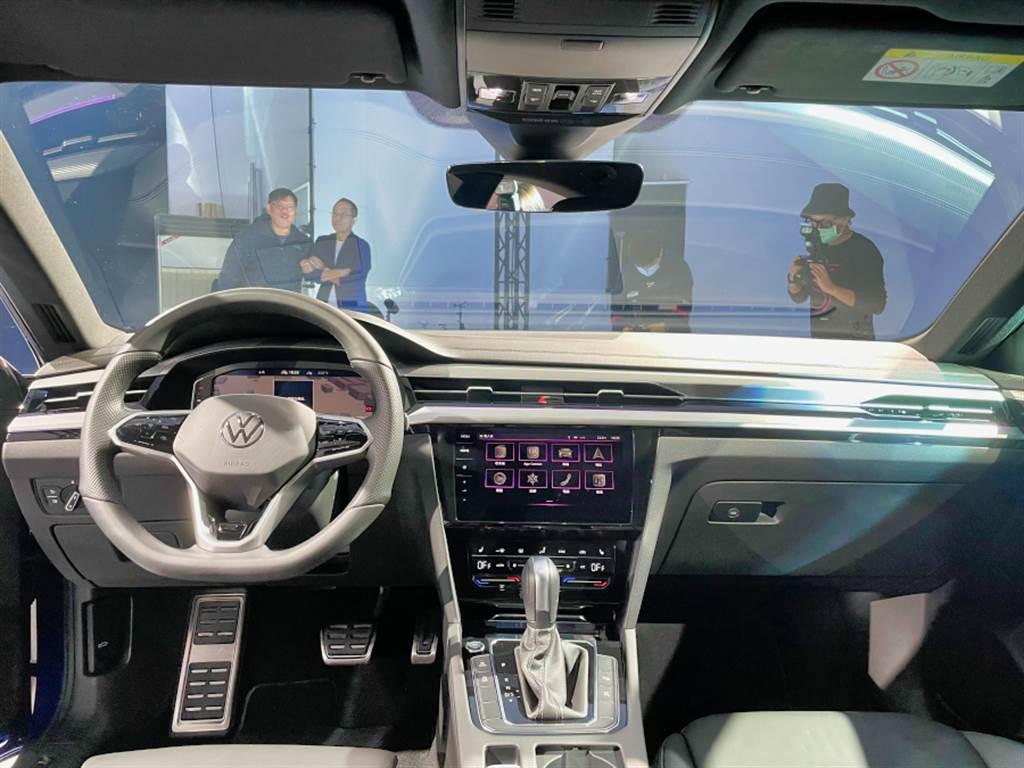 內裝布局則是相當VW風格,但在細節上,Arteon以銀色飾板搭配30色車室氛圍燈(elegance車型除外),質感展現旗艦風範。
