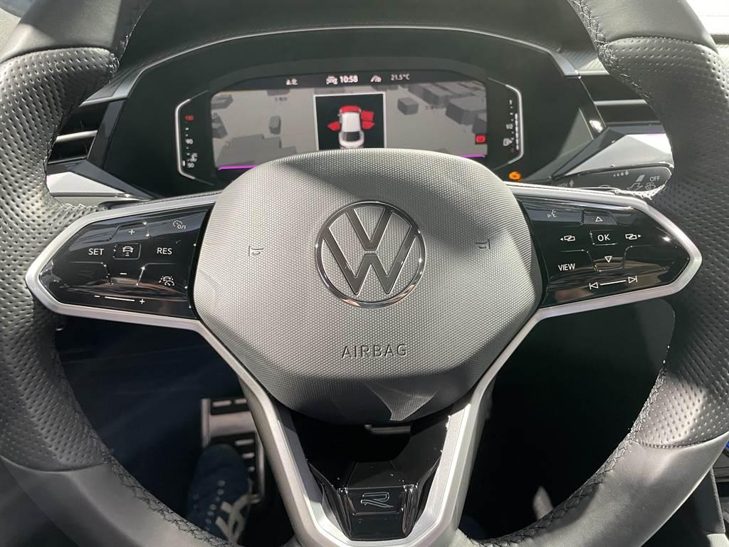 主被動安全配備自elegance Premium車型以上,皆標配包含ACC、主動車道置中、車側盲點、環景顯示、自動停車、主動乘員防護等配備,具備全速域L2半自動駕駛能力。方向盤除了換上新式Logo,兩側控制鍵採用電容式觸控取代實體按鍵。