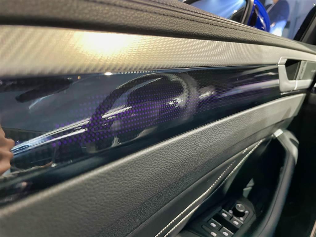 30色車室氛圍燈除了鑲嵌在前座飾板,門板上採用透光式飾板,相當有質感。