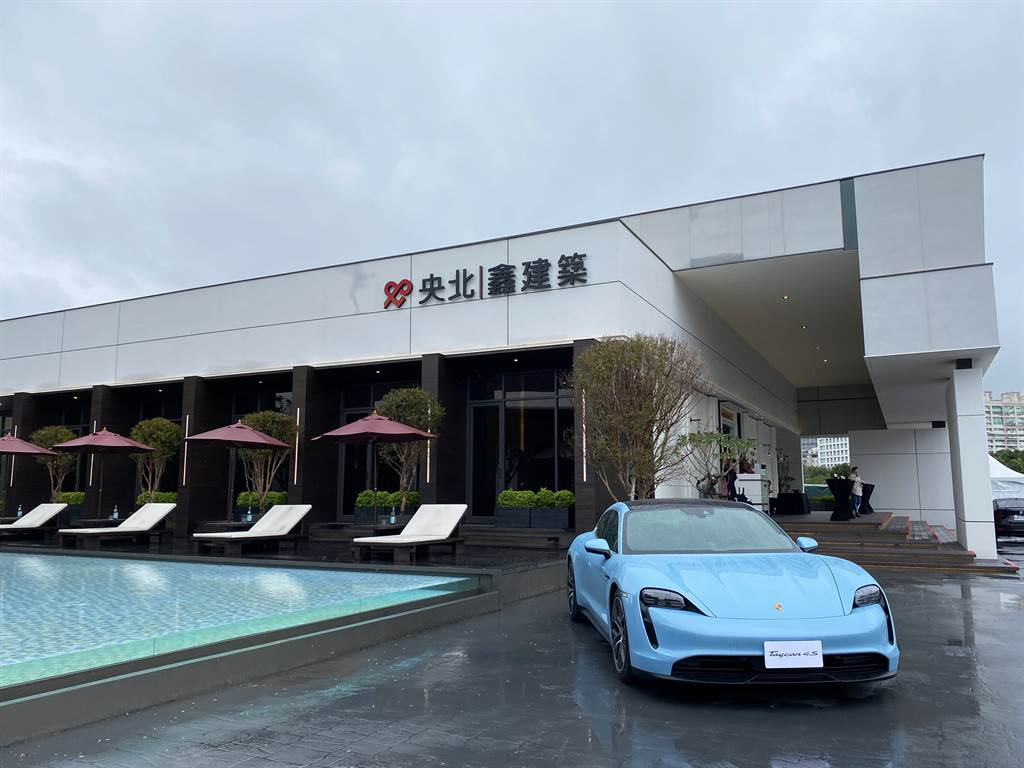 「央北鑫建築」與Porsche保時捷攜手合作,在建案接待中心創意結合「新北保時捷中心」。(業者提供)