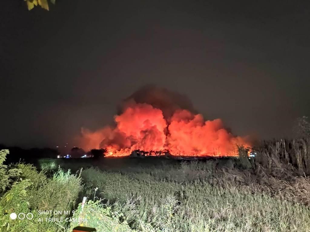 台南歸仁區農場起火,濃煙影響到高雄市。(高市環保局提供/林宏聰高雄傳真)
