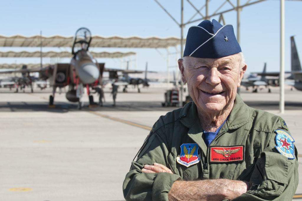 葉格與F-15鷹式戰機。(圖/美國空軍)