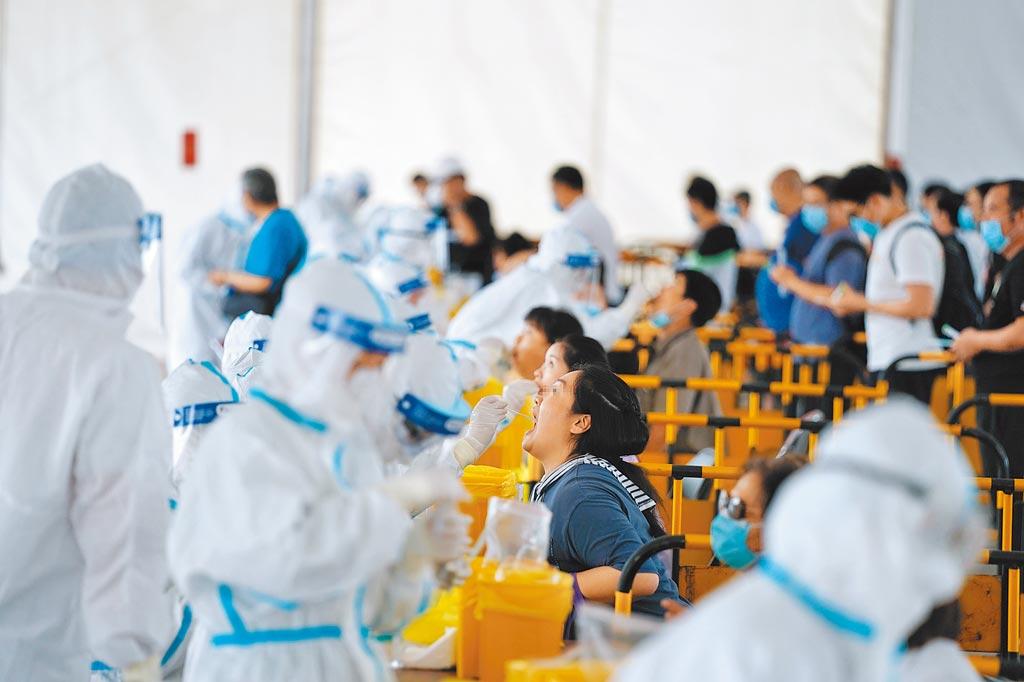 6月28日,市民在北京西城區北展廣場核酸檢測點參加檢測。(中新社)