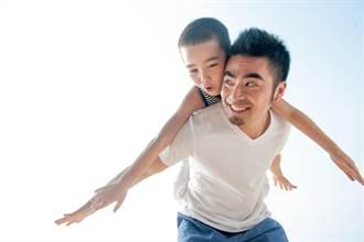 7歲亞斯伯格兒買餐送回收阿婆 理由曝光老爸噴淚:他是我寶貝!