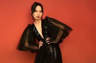 周筆暢深V黑紗裙夢幻破表 纖腰兩側透視洩亮點