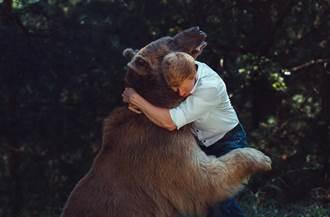 爺炫耀曾和熊搏鬥 孫長大查報導發現驚人真相