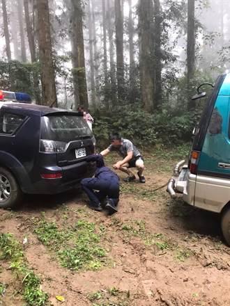男子駕車遊南庄誤卡山區小路 警協助脫困