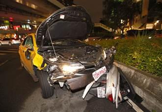 計程車煞不住衝撞機車 9名騎士送醫