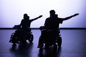 坐在輪椅上跳舞 周書毅與阿忠舞動生命平權
