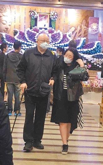 導演鄭少峰告別式金超群拄杖送別