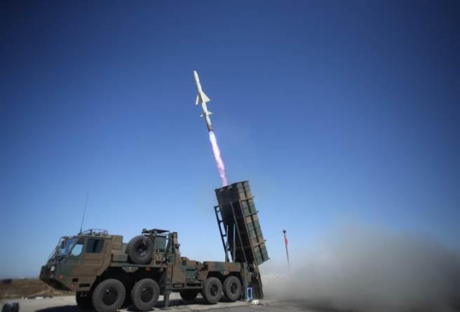 日本擬將12式陸基反艦飛彈的研發費,由27億日圓調漲為330億日圓。圖為發射中的12式陸基反艦飛彈。(圖/陸自推特)