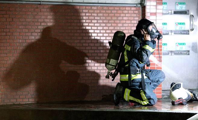 消防隊員戴上氧氣面罩準備進入火場。(黃世麒攝)
