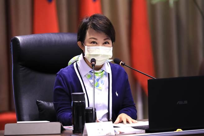 台中市長盧秀燕表示,雙十公車綁卡服務,全市近100個據點不會在31日就關門,這些據點都是常設性服務,方便民眾來綁卡。(盧金足攝)