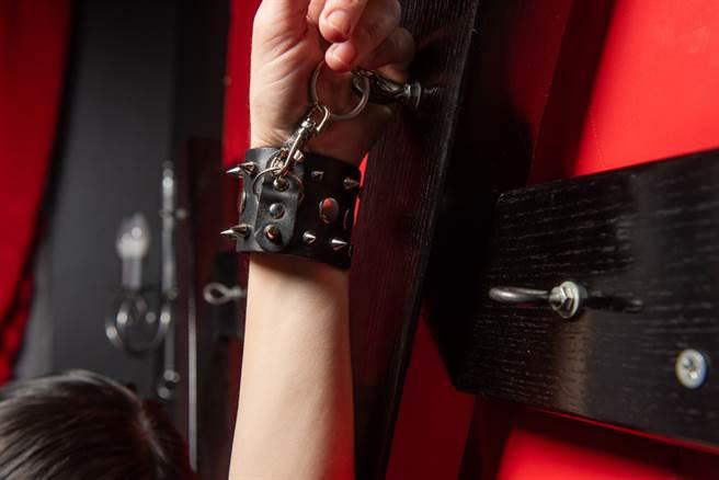 房間內的神秘吊桿及扣環,讓不少老司機羞紅臉。(示意圖/達志影像)