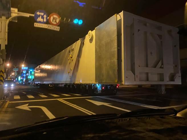 超長的貨櫃引發網友熱烈討論。(圖/翻攝自台南爆料公社)