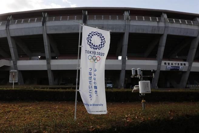 日本福島縣營吾妻棒球場外的東京奧運旗幟,此場館預計做為棒球項目場地。(美聯社資料照)