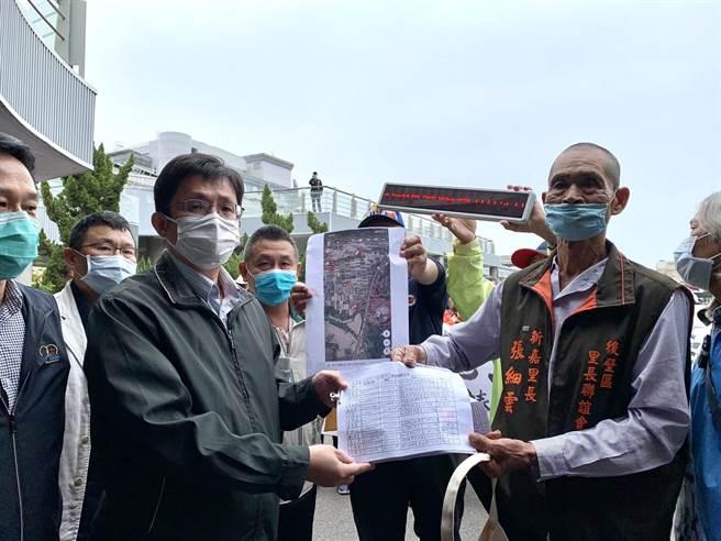 8日上午由台南市政府農業局主祕吳威達接下陳情書,並稱將前往該案場訪視。(李宜杰攝)