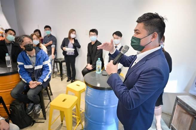 新竹市議員陳建名(右)號召年輕律師等合組新創扶植團隊「創罩力」,為有心創業者,提供免費法律。(陳建名提供/陳育賢新竹傳真)