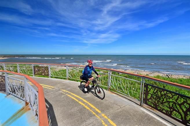 台中市濱海自行車道大甲段緊鄰海邊,車友可順風騎乘,遙望湛藍大海。(台中市觀旅局提供/王文吉台中傳真)