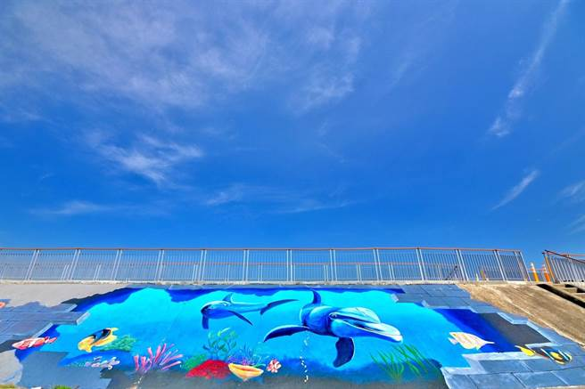 大甲西勢海堤大幅3D彩繪,呈現海洋為主題的螃蟹、鯨豚及海鳥等可愛構圖。(台中市觀旅局提供/王文吉台中傳真)