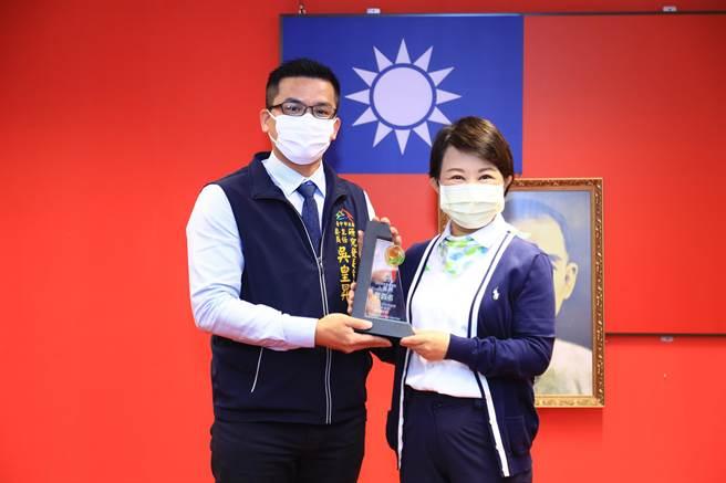 台中市長盧秀燕表示,研考會主委吳皇昇與團隊花費一年時間規畫推動數位市民虛擬卡(台中e指通),讓台中市的市民卡後發先至。(盧金足攝)