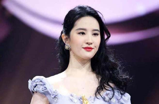 刘亦菲今年1月出席微博之夜的旧照被翻出。(图/取材自微博之夜微博)