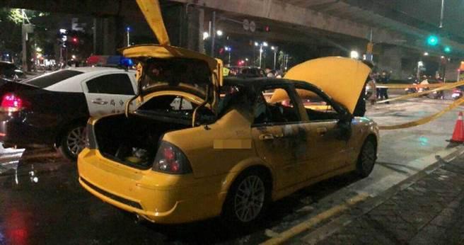 高雄1輛計程車在捷運R6凱旋站1號出口排班時,突然火燒車,等消防隊撲滅火勢時,駕駛已成了一具焦屍。(圖/翻攝畫面)