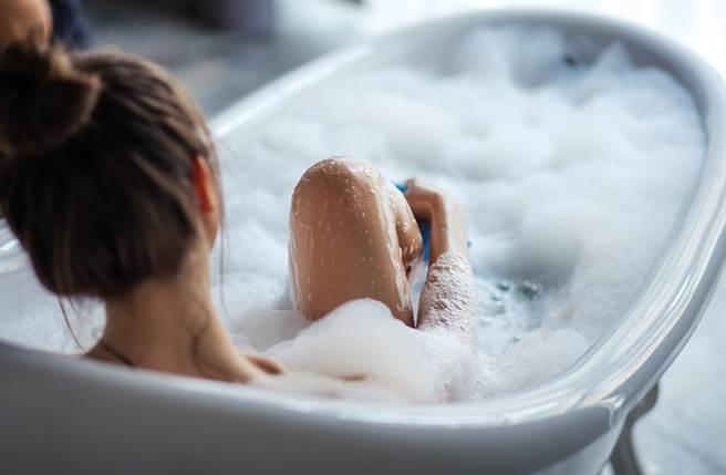 日本有不少人長大仍和父親、兄弟一起洗澡。(示意圖/達志影像/shutterstock提供)