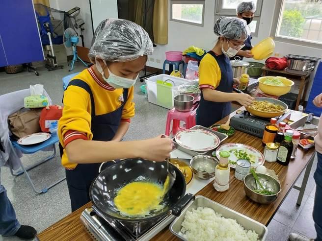台中市教育局舉辦料理小達人觀摩賽,16所國中、小學童較勁廚藝。(台中市教育局提供/王文吉台中傳真)
