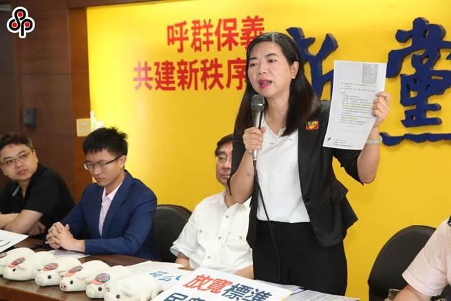 律師陳麗玲(站起者)認為,中天新聞台關台,代表的是蔡政府走向獨裁,電視新聞台對此事幾乎沒有報導,顯見寒蟬效應已出現。(本報資料照)