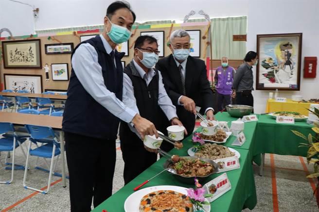 明德外役監獄收容人展現傳統小吃技能訓練成果,典獄長杜聰典(左)與貴賓一起品嘗。(劉秀芬攝)