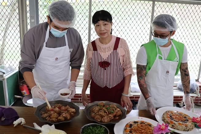 台南更生輔導團團長李秀英(中)與傳統小吃技能訓練學員準備上菜。(劉秀芬攝)