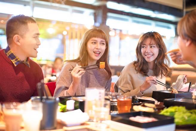 不少公司行號都有聚餐活動,原PO哥哥表示要帶「別人老婆」出席,嚇壞不少同事。(圖/示意圖,達志影像)