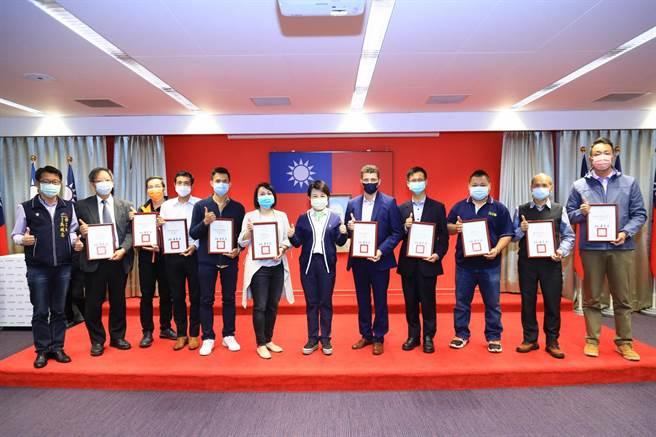 台中市政府勞工局8日於市政會議舉行「身障友善企業職場」表揚活動,共15家企業單位獲獎。(盧金足攝)