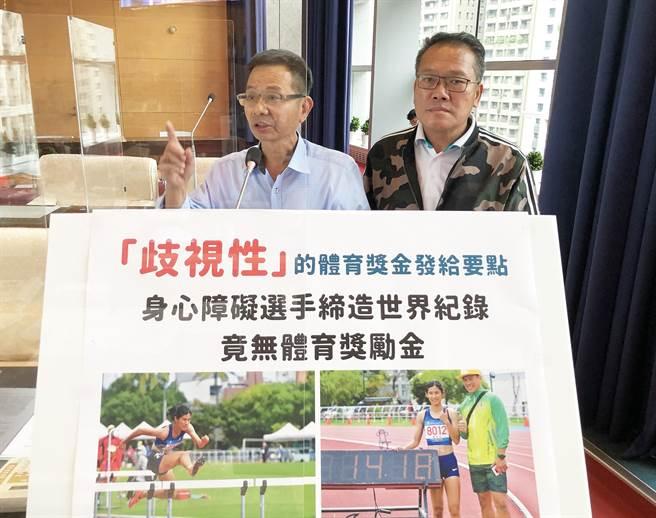 市議員陳清龍(左)、陳成添今天為身障選手請命,強調締造世界紀錄竟無體育獎勵金。(陳世宗攝)