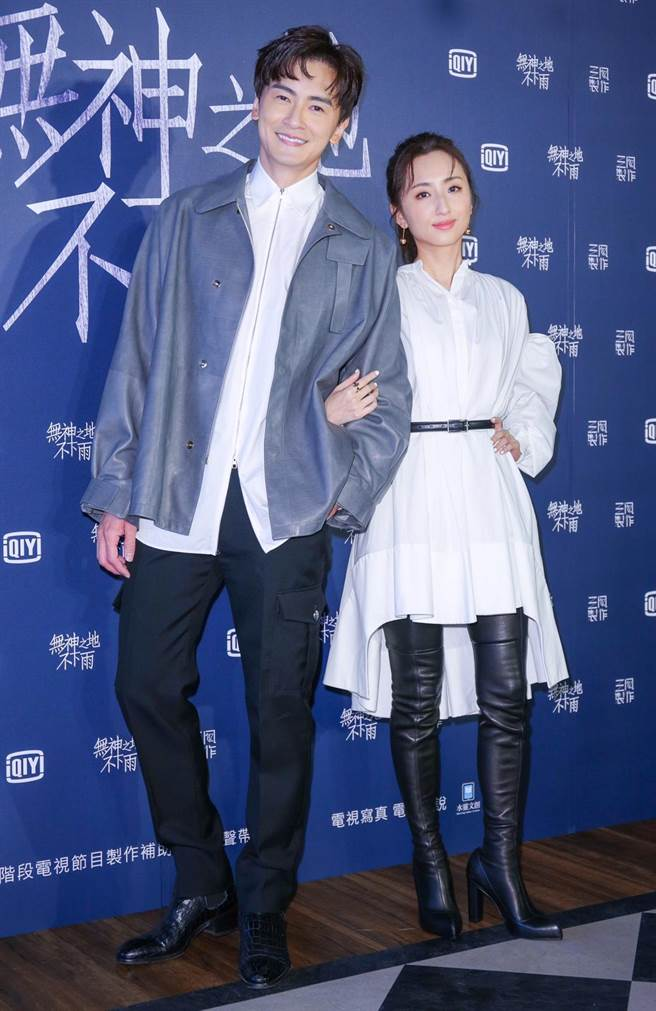 鄭元暢(左)、柯佳嬿友情出演末日愛情影集《無神之地不下雨》。(吳松翰攝)