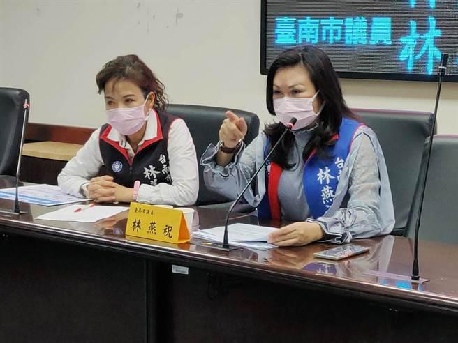台南市議員林燕祝(右)、林美燕(左)痛批,24小時無人情趣用品店已進駐學校附近卻無人管理。(洪榮志攝)