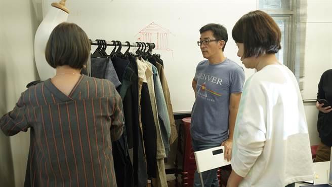 魏德聖與造型團隊討論戲服的設計。(米倉影業提供)