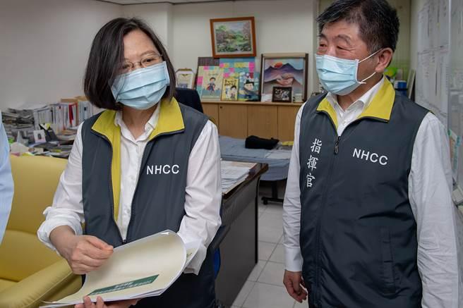卫福部长陈时中(右)因防疫有成人气攀升,居「2020年台湾十大新闻人物」第2名。(Yahoo奇摩提供,照片作者:总统府)
