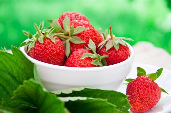 餐廳自助吧出現草莓讓人興奮,但前面的客人一次掃光超沒品?但有網友認為,吃到飽客人想拿多少就多少,店家不補充才是問題。(示意圖,達志影像/shutterstock)