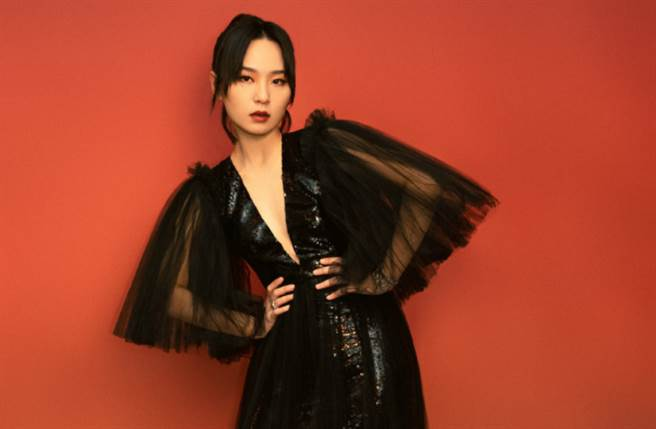 周筆暢穿上一襲黑色鎏金亮片紗裙出席時尚盛宴。(圖/摘自微博@BeginsStudio)