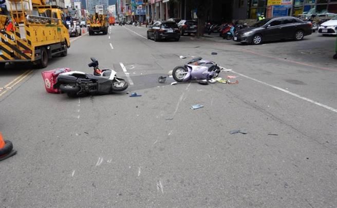 台中市西屯區8日中午11時21分發生一起老翁 與外送員碰撞交通事故。(民眾提供/盧金足台中傳真)