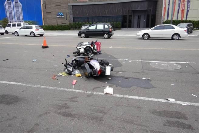 老翁的機車右側車身與外送員所騎機車的前車頭相撞,強大衝擊力之下,兩人都倒地受傷。(民眾提供/盧金足台中傳真)
