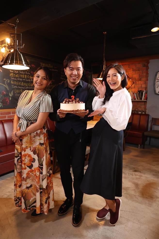 Janet与监制Estella为作品宣传。(E!Studio艺镜到底提供)