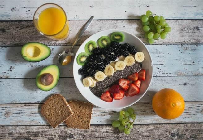綠色蔬菜、奇異果等食物富含上述營養成分,平日多吃有益睡眠品質。(示意圖/Unsplash)